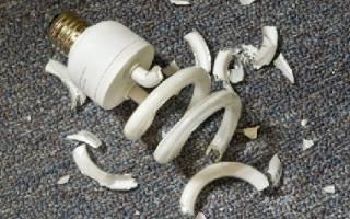 Разбилась энергосберегающая лампочка, что делать в этом случае